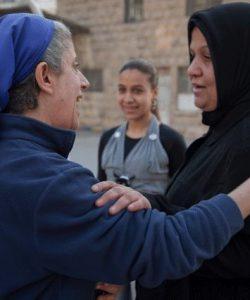 Sœur Hala salue une femme qui participe régulièrement aux activités du JRS à Alep, en Syrie (Service Jésuite des Réfugiés)