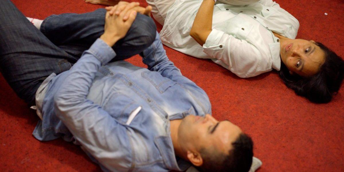 La Dra. Tine, voluntaria del JRS Indonesia, muestra a un refugiado de Afganistán los mejores ejercicios para aliviar su dolor de espalda.