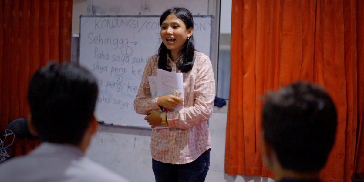 Sari enseña a los refugiados el idioma nacional de Indonesia para ayudarlos a integrarse en sus nuevas comunidades.