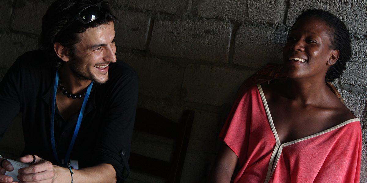 Trabajadora del JRS hablando con una mujer en Esmeraldas.