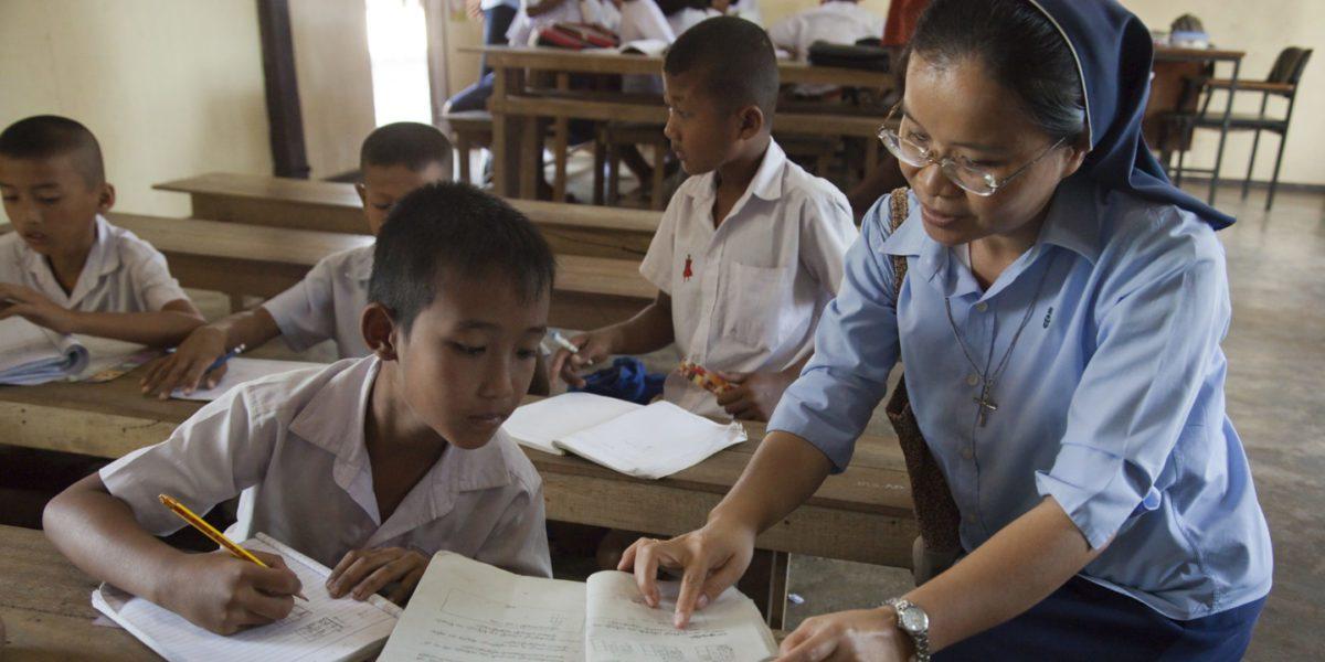 Niñas y niños birmanos estudian birmano, tailandés e inglés en el Centro de Formación Birmano del JRS en Ranong para ponerse al día con el sistema escolar tailandés.