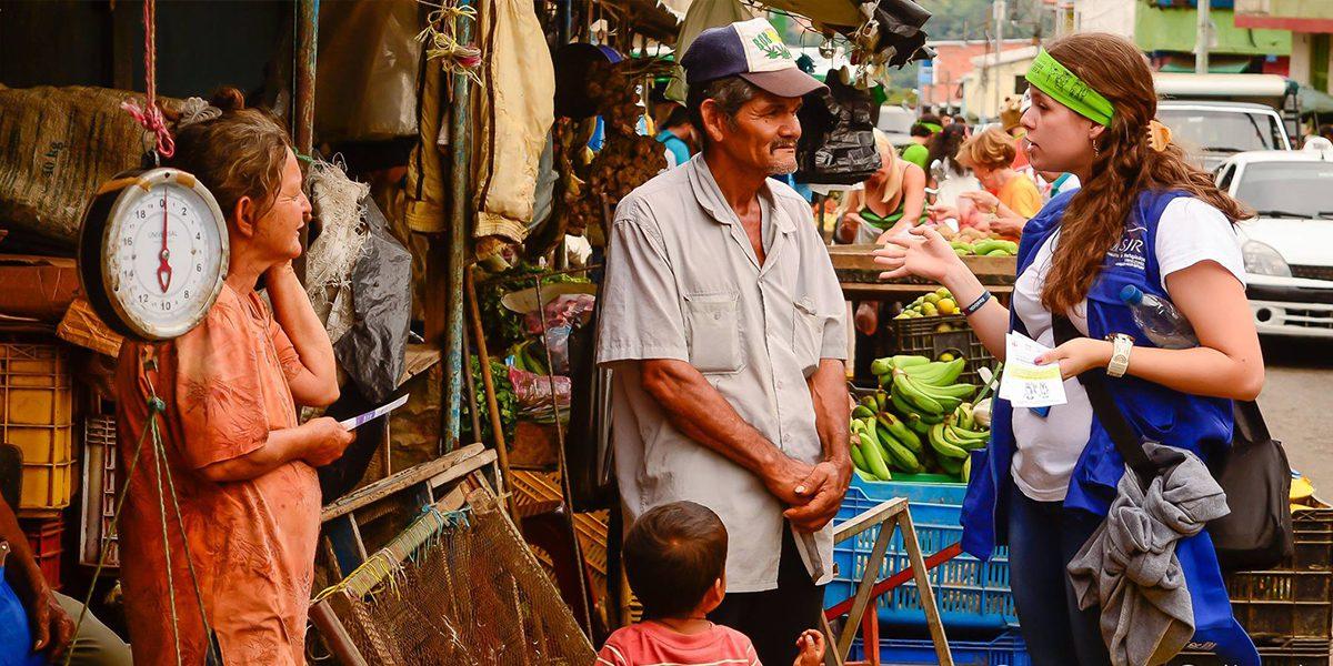 El personal del JRS Venezuela trabaja para que las personas reconstruyan juntas una solidaridad común y creen espacios donde se promueva el diálogo y la paz en el marco del proyecto Caravana Cultural para la Hospitalidad Comunitaria.