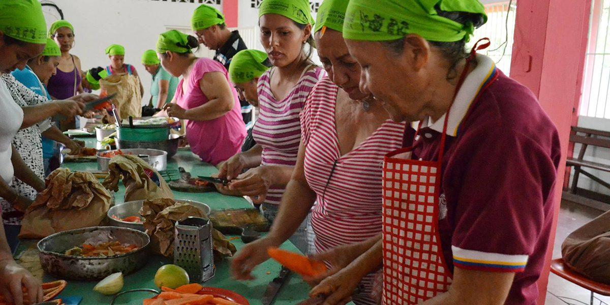 Unas mujeres participan en un taller de nutrición y cocina alternativa organizado por el JRS Venezuela para ayudar a las personas a hacer frente a la crisis humanitaria.