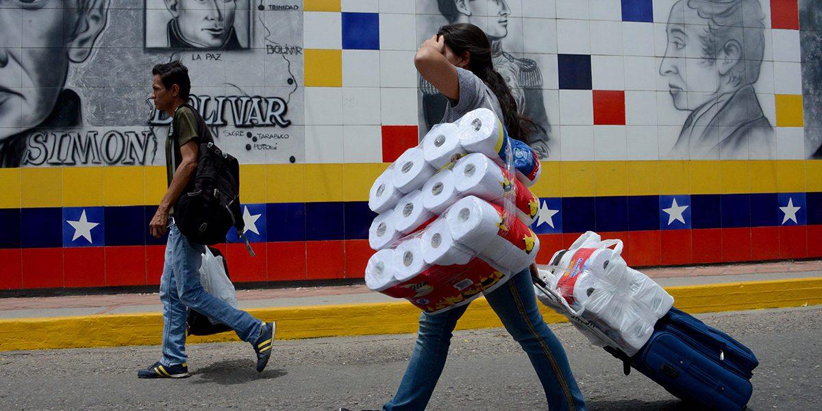 Venezolanos regresan a casa después de comprar en Colombia productos básicos.
