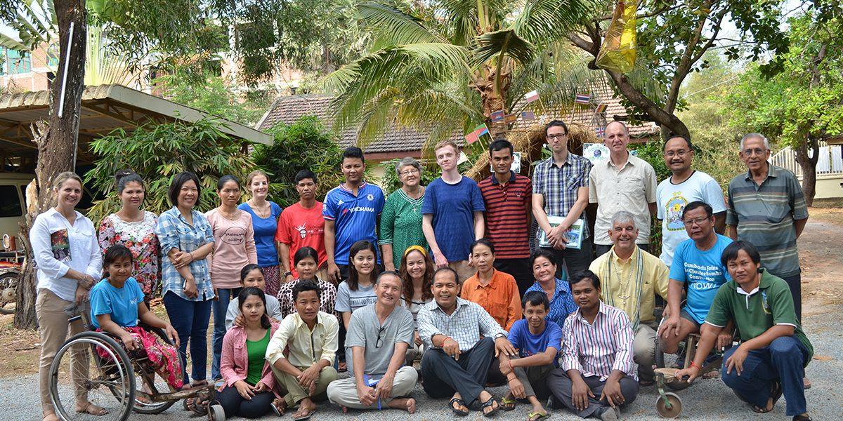 El P. Thomas H. Smolich SJ, Director Internacional del JRS, visita el equipo del JRS Camboya.