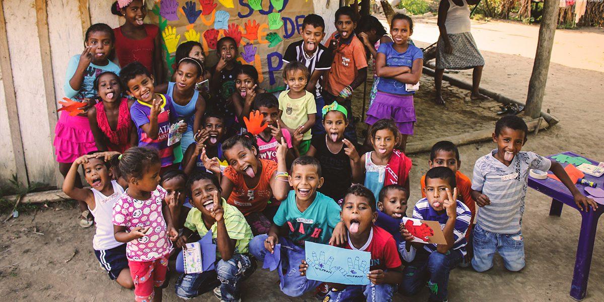 Niños en el Magdalena Medio, Colombia, rechazan el reclutamiento y la participación de niños en conflictos armados en el Día de la Mano Roja.