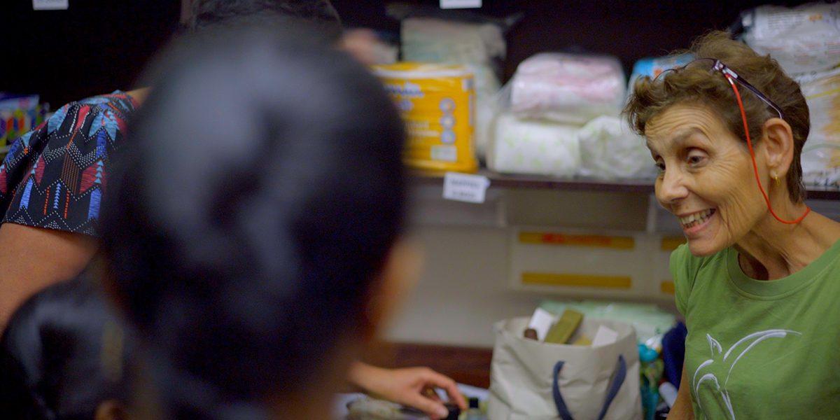 Marthe, una voluntaria del banco de alimentos del JRS, ofrece comestibles a los refugiados en el Centro Comunitario Arrupe del JRS en Parramatta.