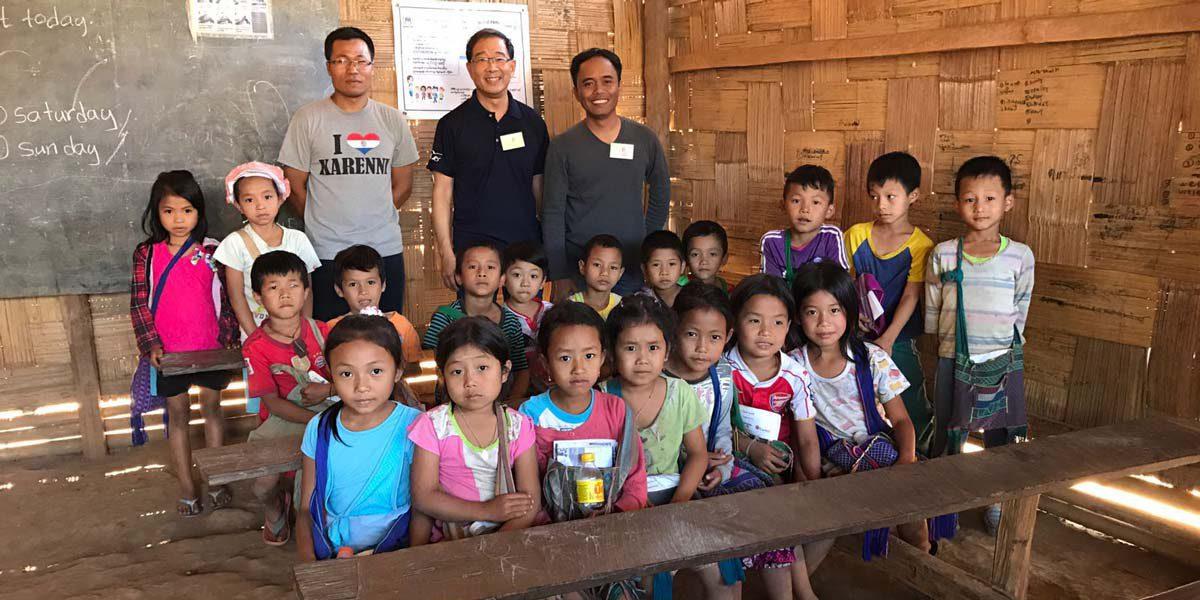 Miembros del equipo del JRS Singapur en el campamento de Mae Hong Son para una formación contra la trata de personas.
