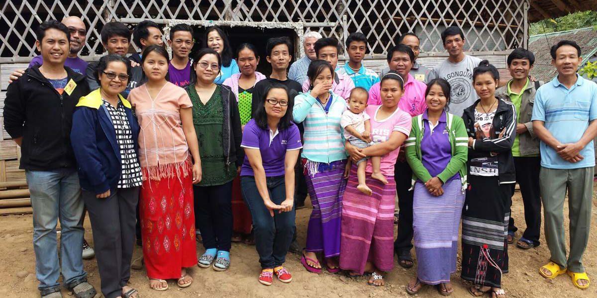 Miembros del equipo del JRS Singapur visitan el campamento de Mae Hong Son para una formación de docentes del JRS.